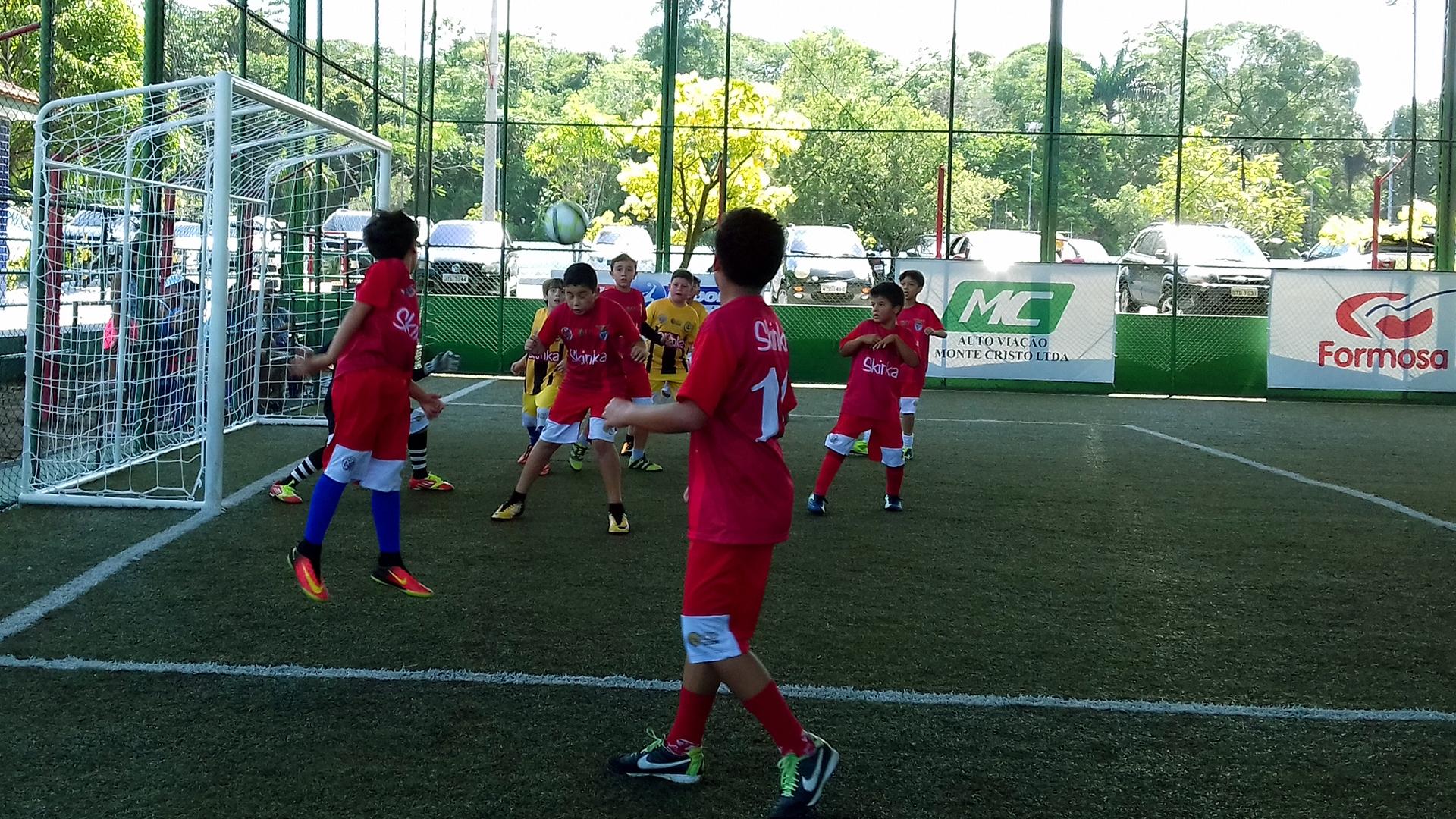Futuros atletas do Grêmio Português festejaram o Dia das Crianças com  futebol (Foto  Estúdio Mineiro) 7678b32959193